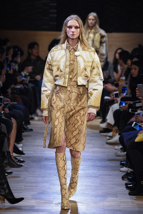 Conjunto vestido y torera en ocre 'animal print' snake de Givenchy en Paris Fashion Week otoño/invierno 2016/2017