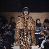 Conjunto vestido y torera combinación 'animal print' snake y leopardo de Givenchy en Paris Fashion Week otoño/invierno 2016/2017