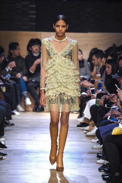 Vestido con escote cruzado caída en capas y volantes con transparencias de Givenchy en Paris Fashion Week otoño/invierno 2016/2017