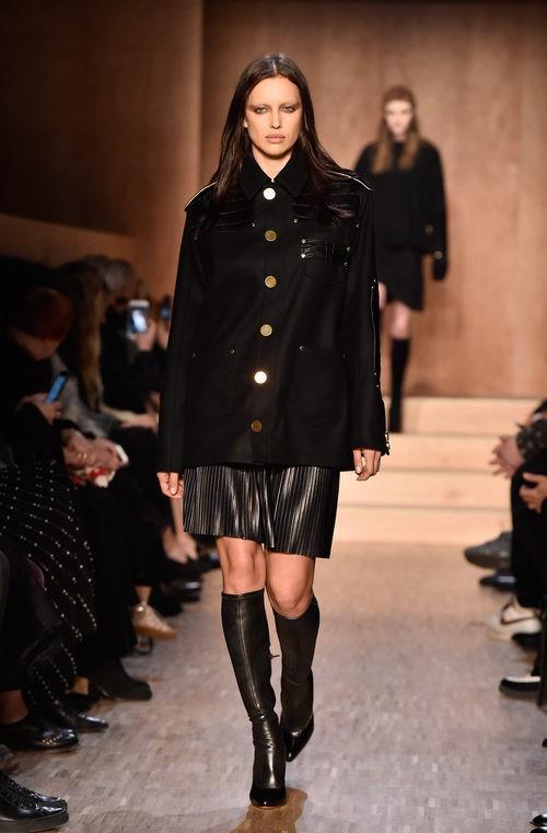 Conjunto vestido y chaqueta en negro de Givenchy en Paris Fashion Week otoño/invierno 2016/2017