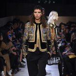 Conjunto chaqueta y pantalón en tonos dorados y negros de Givenchy en Paris Fashion Week otoño/invierno 2016/2017