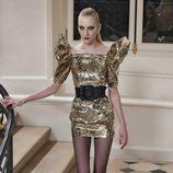 Mangas Oversize y vestidos dorados en el desfile de Saint Laurent en París Fashion Week otoño/invierno 2016/2017