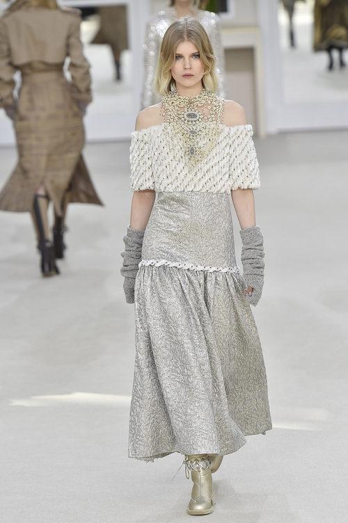 Vestido gris perla de la colección otoño/invierno 2016/2017 de Chanel en Paris Fashion Week