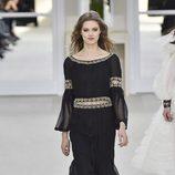 Vestido negro de la colección otoño/invierno de Chanel en la Paris Fashion Week 2016/2017