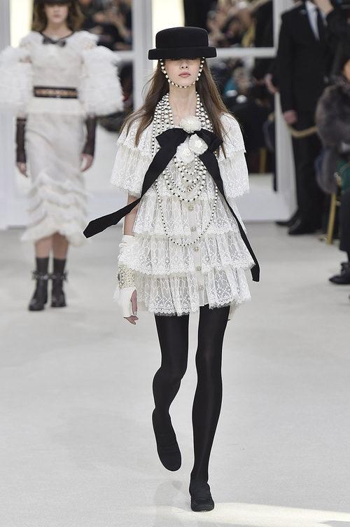 Vestido de cancán en la Fashion Week de Paris con su coleccion otoño/invierno 2016-17