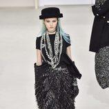 Vestido negro con plumas de Chanel en la Fashion Week de Paris 2016/17 coleccion otoño/invierno