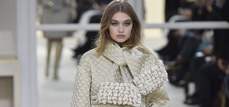 Gigi Hadid desfilando para Chanel en la Paris Fashion Week presentando su coleccion otoño/invierno  2016-17