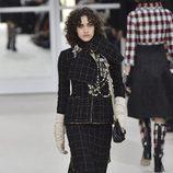 Look total black de Chanel en la Paris Fashion Week con la coleccion otoño/invierno 2016-2017