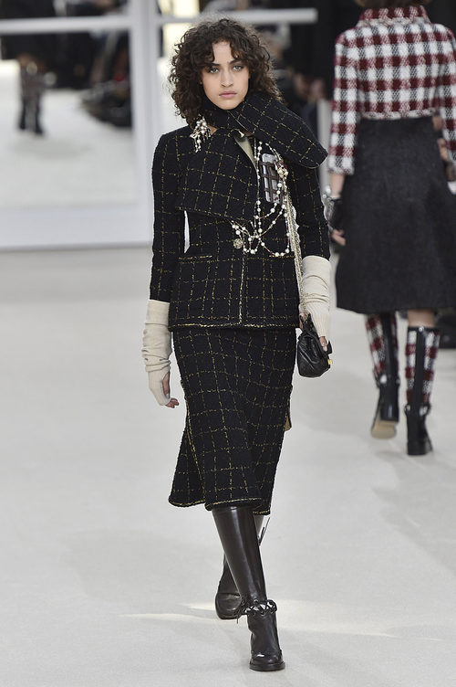 Look total black de Chanel en la Paris Fashion Week con la coleccion otoño/invierno 2016-2017