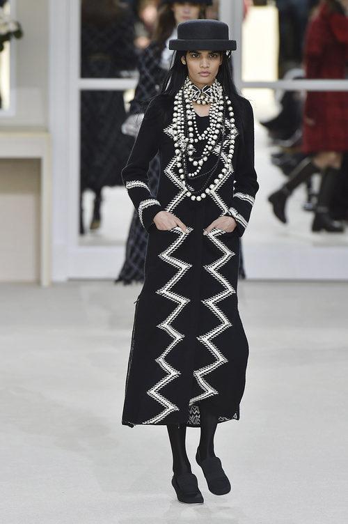 Vestido negro largo de la colección otoño/invierno de Chanel en la Paris Fashion Week 2016-2017