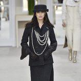 Bella Hadid desfilando para Chanel en la Paris Fashion Show  coleccion otoño invierno 2016/2017