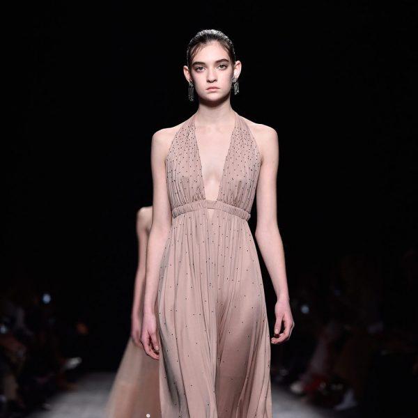 Vestido color nude con escote en V de la coleccion otoño