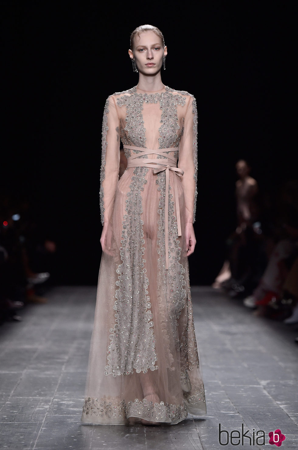 Vestido color nude transparente con pedreria de la