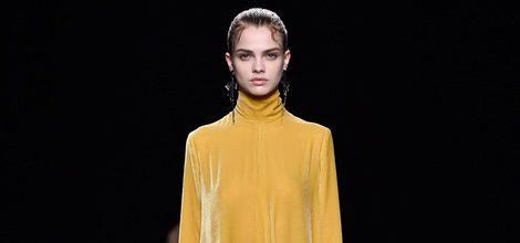 Vestido amarillo vaporoso de la coleccion otoño/invierno de Valentino para la Paris Fashion Week 2016/17