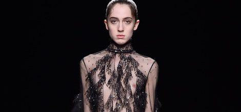 Vestido negro transparente con pedreria de la coleccion otoño/invierno de Valentino para la Paris Fashion Week 2016/17