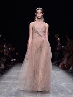 Vestido noche color nude con pedreria coleccion otoño/invierno Valentino Paris Fashion Week 2016/17