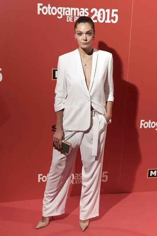 Ana Rujas en la entrega de Premios Fotogramas 2016 con un traje oversize blanco de Cos