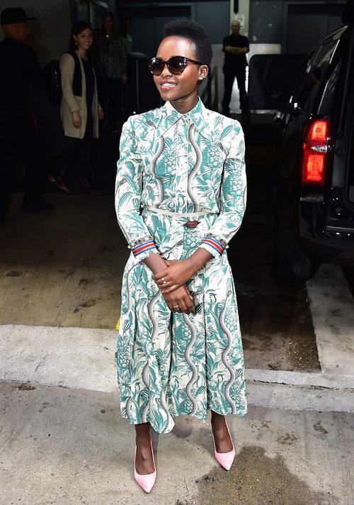 Lupita Nyong'O en las calles de Nueva York con colorido vestido 2016