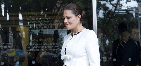 La Princesa Victoria de Suecia con un vestido geométrico y una chaqueta blanca