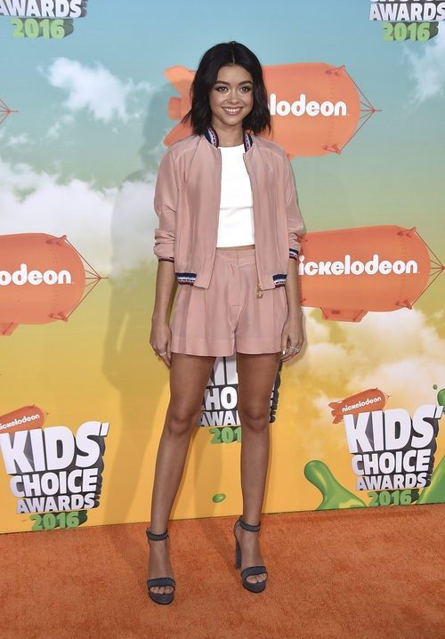 Sarah Hyland en los Nickelodeon Kids' Choice Awards 2016 con un look de Tommy Hilfiger