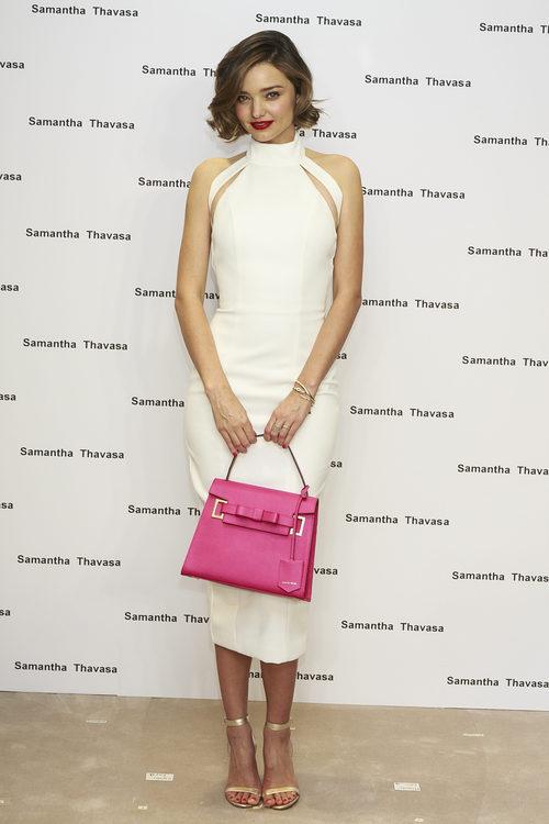 Miranda Kerr con un vestido blanco y bolso fucsia de Samantha Thavasa en Tokyo