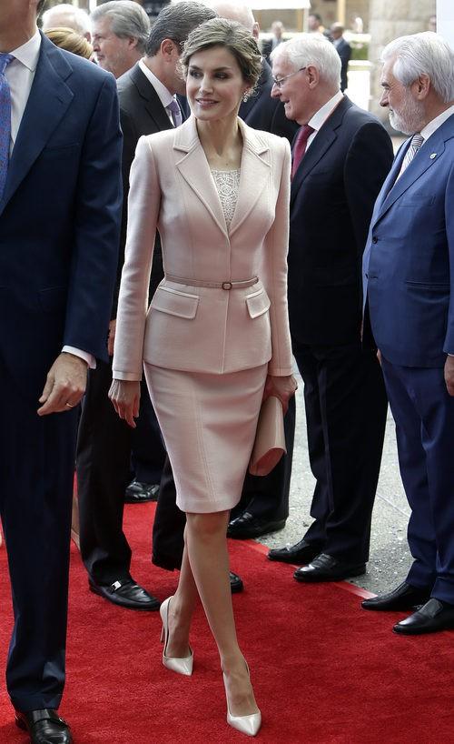 La Reina Letizia en Puerto Rico con traje de falda rosa cuarzo