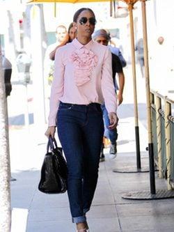 Kelly Rowland con unos vaqueros y una camisa de chorreras rosa cuarzo