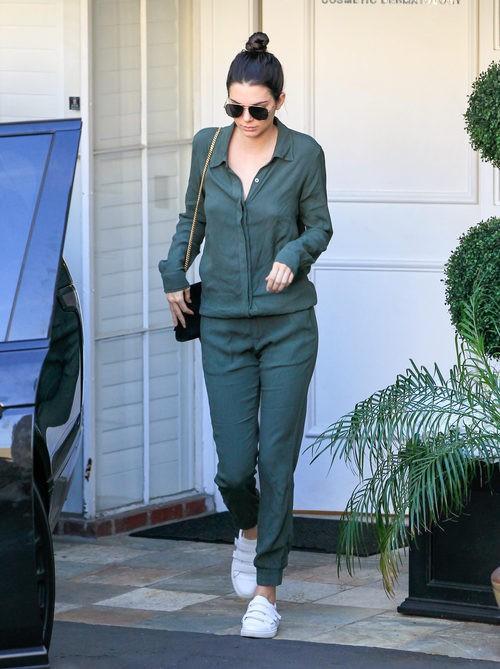 Kendall Jenner con un mono verde en Los Angeles 2016