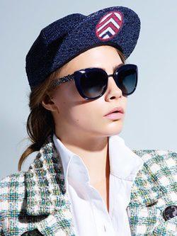 Cara Delevingne con unas gafas de sol de la colección Chanel 2016