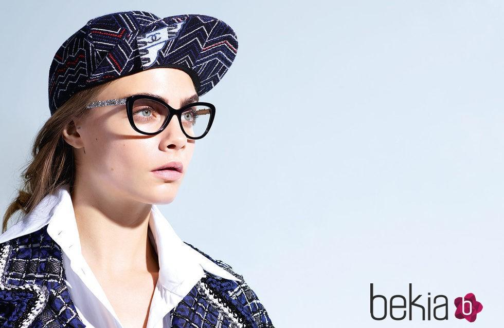 cf2f8c8501 Anterior Cara Delevingne con unas gafas graduadas de la colección Chanel  2016