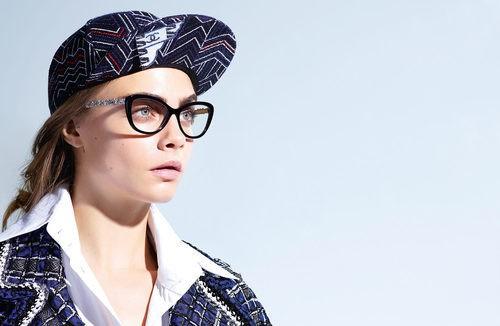 Cara Delevingne con unas gafas graduadas de la colección Chanel 2016