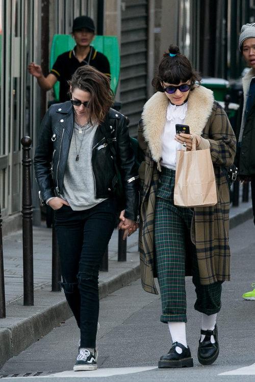 Kristen Stewart y Soko paseando su amor y su estilo en Paris