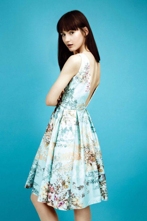 Vestido con falda plisada print floral y escote V en la espalda colección Primavera/ Verano 2016 de Dolores Promesas