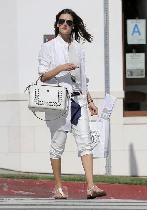Alessandra Ambrosio de blanco radiante en Santa Monica