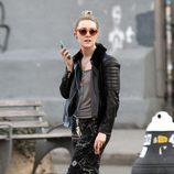 Saoirse Ronan con pantalon estampado, chaqueta de cuero y zapatos de cuero