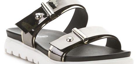 Sandalia con cinturones plateados de la colección primavera/verano 2016 de Merkal