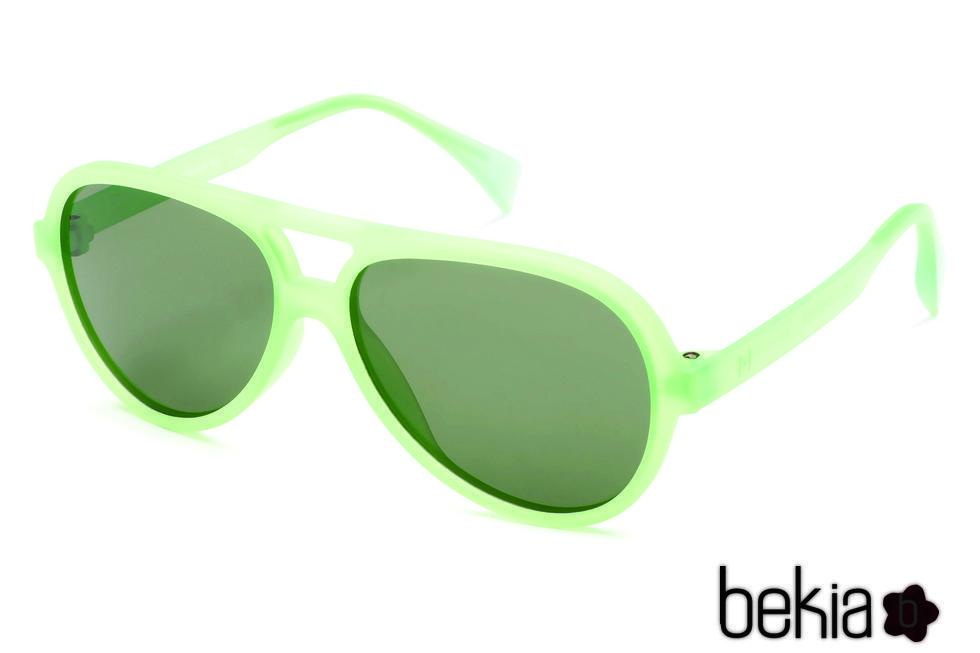 Gafas tipo piloto de marco verde neon con lente verde de la colección primavera/verano 2016 de Italia Independent