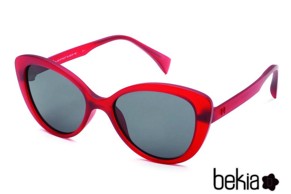Gafas tipo cateyes de marco rojo transparente y lente oscuro de la colección primavera/verano 2016 de italia Independent