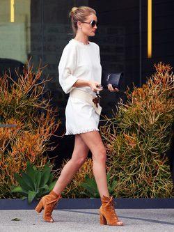 Rosie Huntington con vestido blanco desgastado y tacones en cuero marrón en west Hollywood