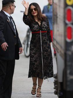 Salma Hayek con vestido en encajes y tacones abiertos por Los Ángeles