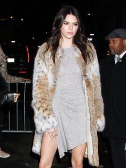Kendall Jenner posando con un vestido de su línea en la inauguración de su colección 'Kendall + Kylie' en Los Ángeles