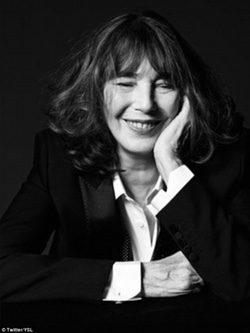 Jane Birkin sonriendo en blanco y negro para Saint Laurent