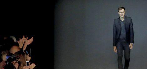 Hedi Slimane en el cierre de colección en París en el año 2013