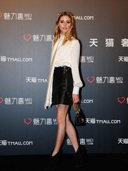 Olivia Palermo con blusa satinada y falda de cuero