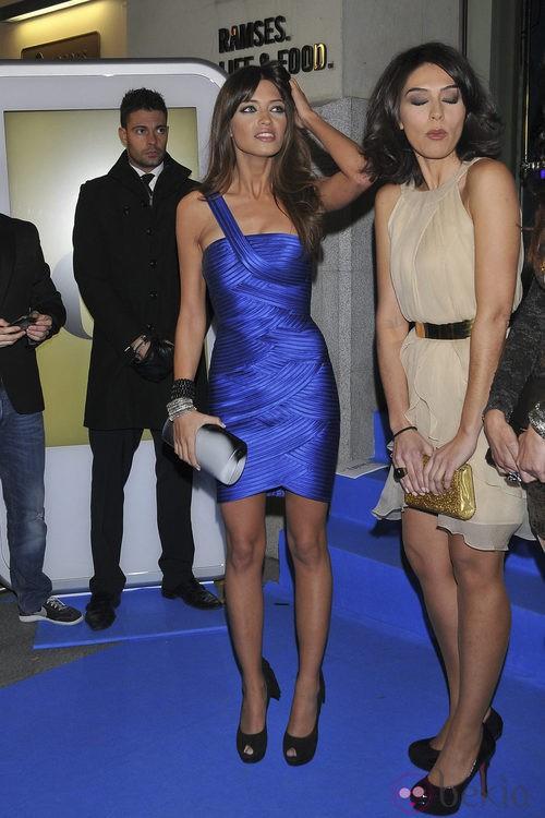 Sara Carbonero con un vestido Hervé Léger azul klein asimétrico