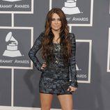 Miley Cyrus con un vestido azul marino de Hervé Léger