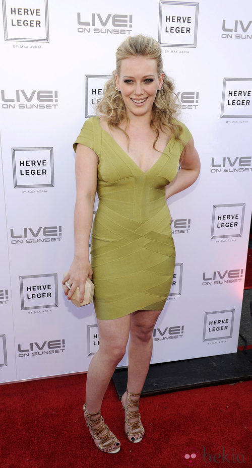 Hilary Duff con un vestido Hervé Léger en verde lima