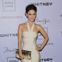 Rachel Bilson con un vestido Hervé Léger en color marfil