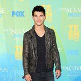 Estilismo de Taylor Lautner, con zapatos desgastados