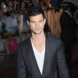Estilismo de Taylor Lautner, con traje y sin camisa